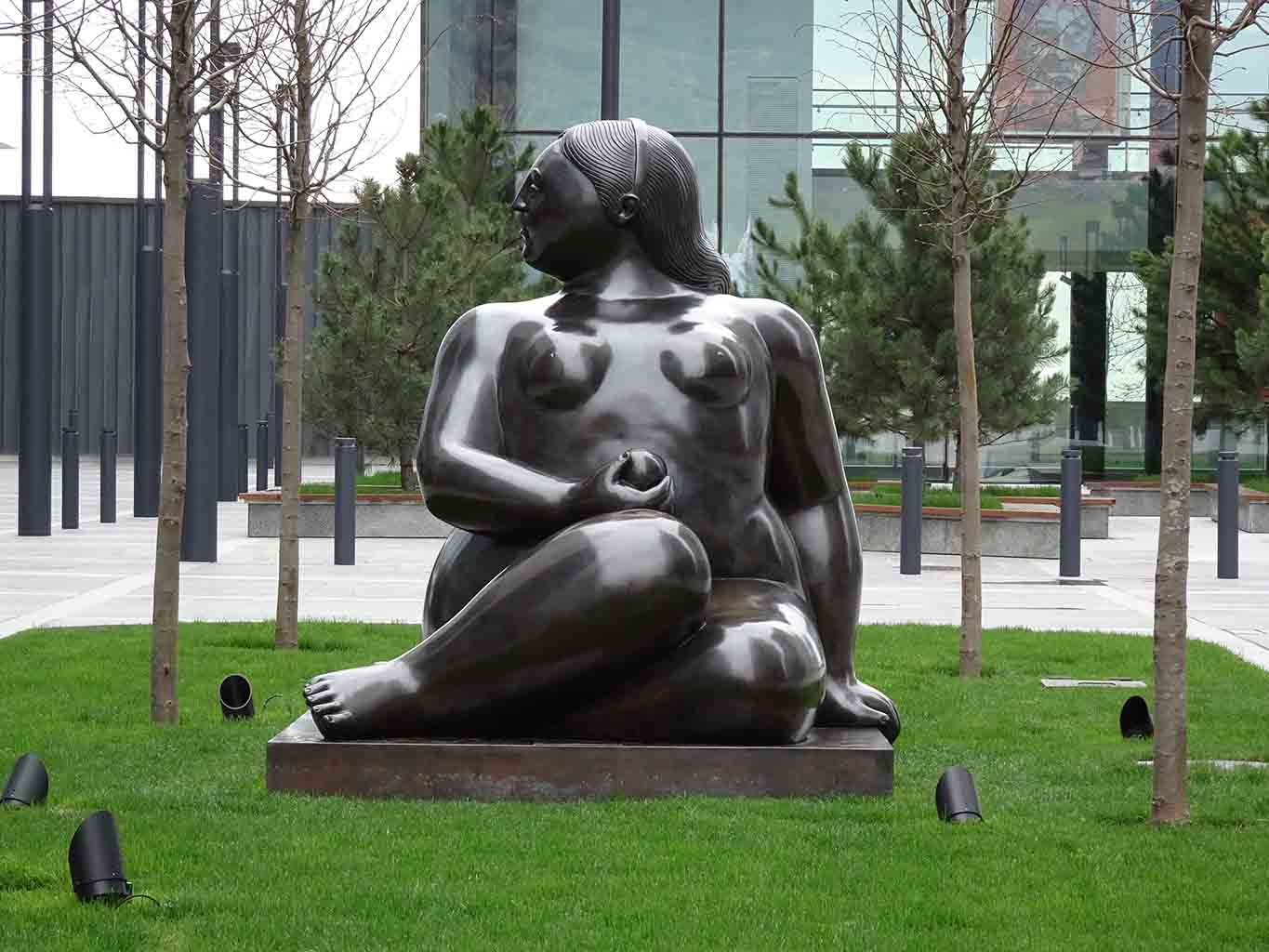 "Фернандо Ботеро (Fernando Botero) sculpture ""Seated Woman"""