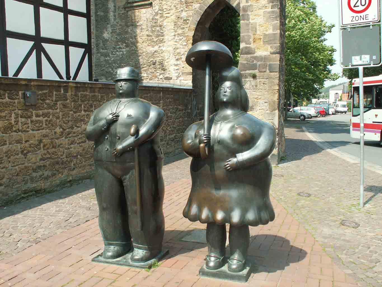 """Фернандо Ботеро (Fernando Botero) sculpture """"Человек с тростью, Женщина с зонтиком   Man with Cane, Woman with Umbrella"""""""