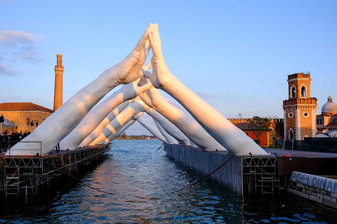 "Лоренцо Куинн (Lorenzo Quinn) ""Building Bridges"""
